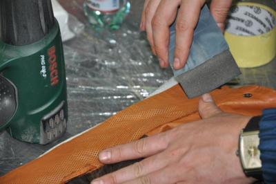szlifowanie uszkodzeń na skórzanej kurtce anilinowej