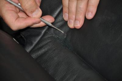 usuwanie kleju z tapicerki skórzanej