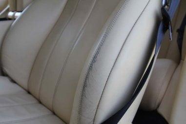 wytarcia farby na boczku fotela samochodowego