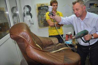 farbowanie fotela metodą lakierniczą