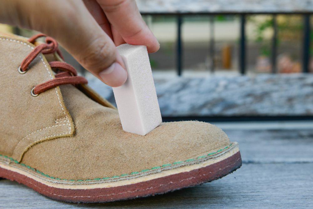 Czyszczenie butów zamszowych gumką do nubuku
